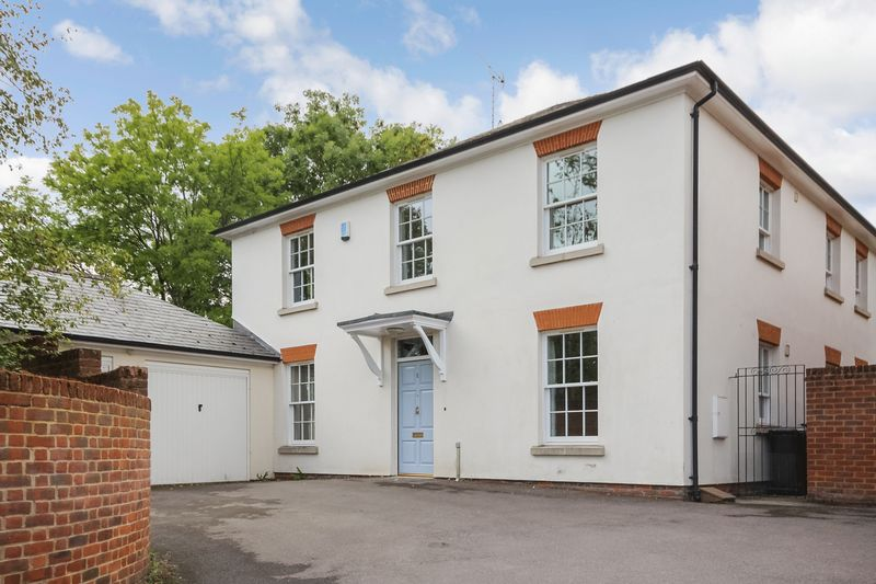 Manor Garden, Durrington, Sp4. 2000 Sqft Accommodation