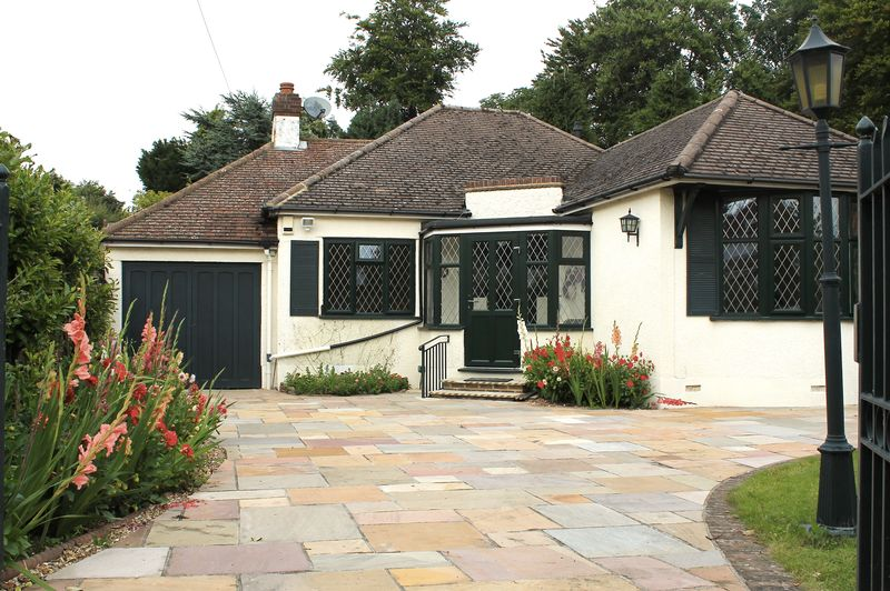 Warren Rd, Banstead 2 Double Bedroom Bungalow £1450.00 Pcm Available Now !