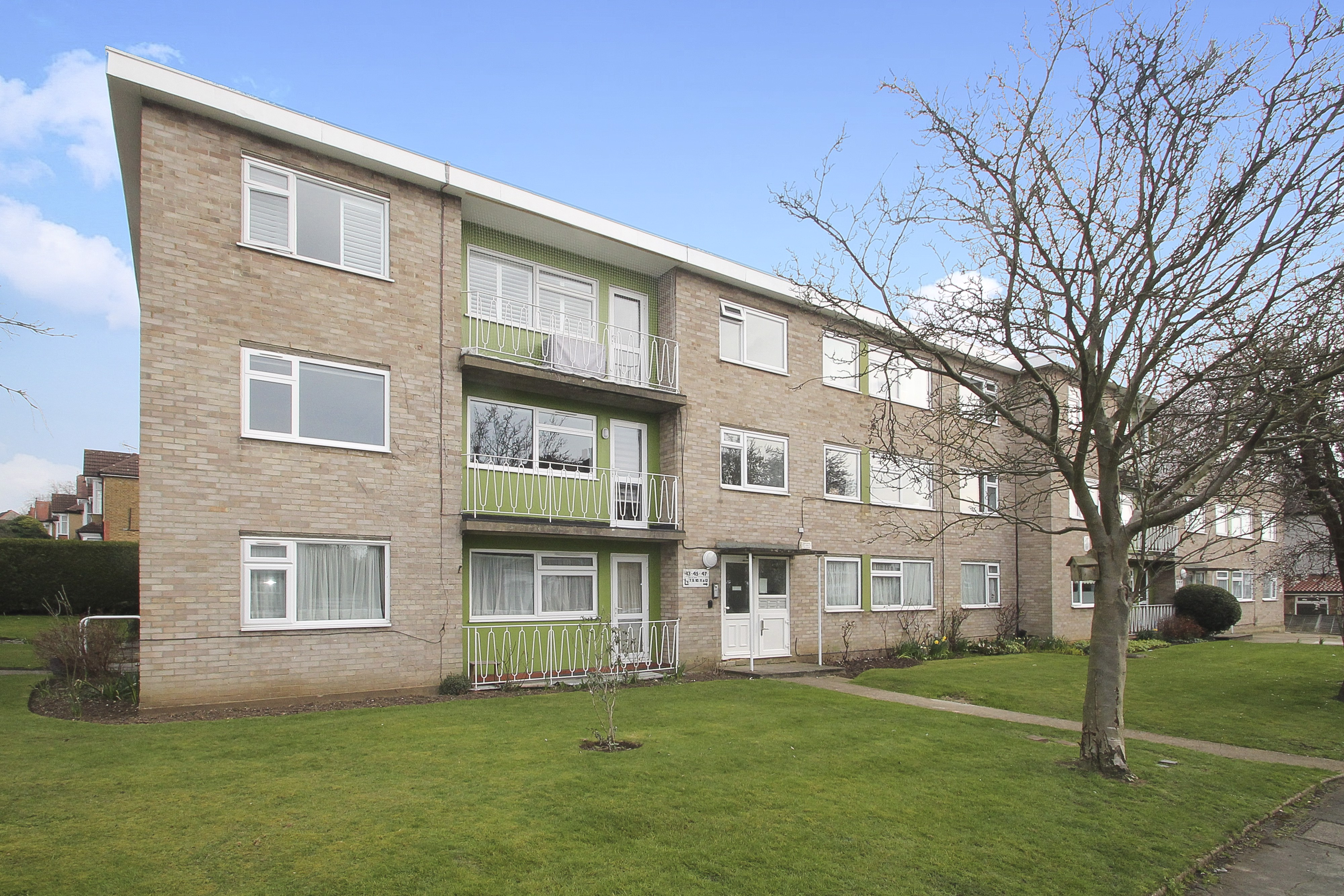 Share Of Freehold Apartment With Garage And Chain Free