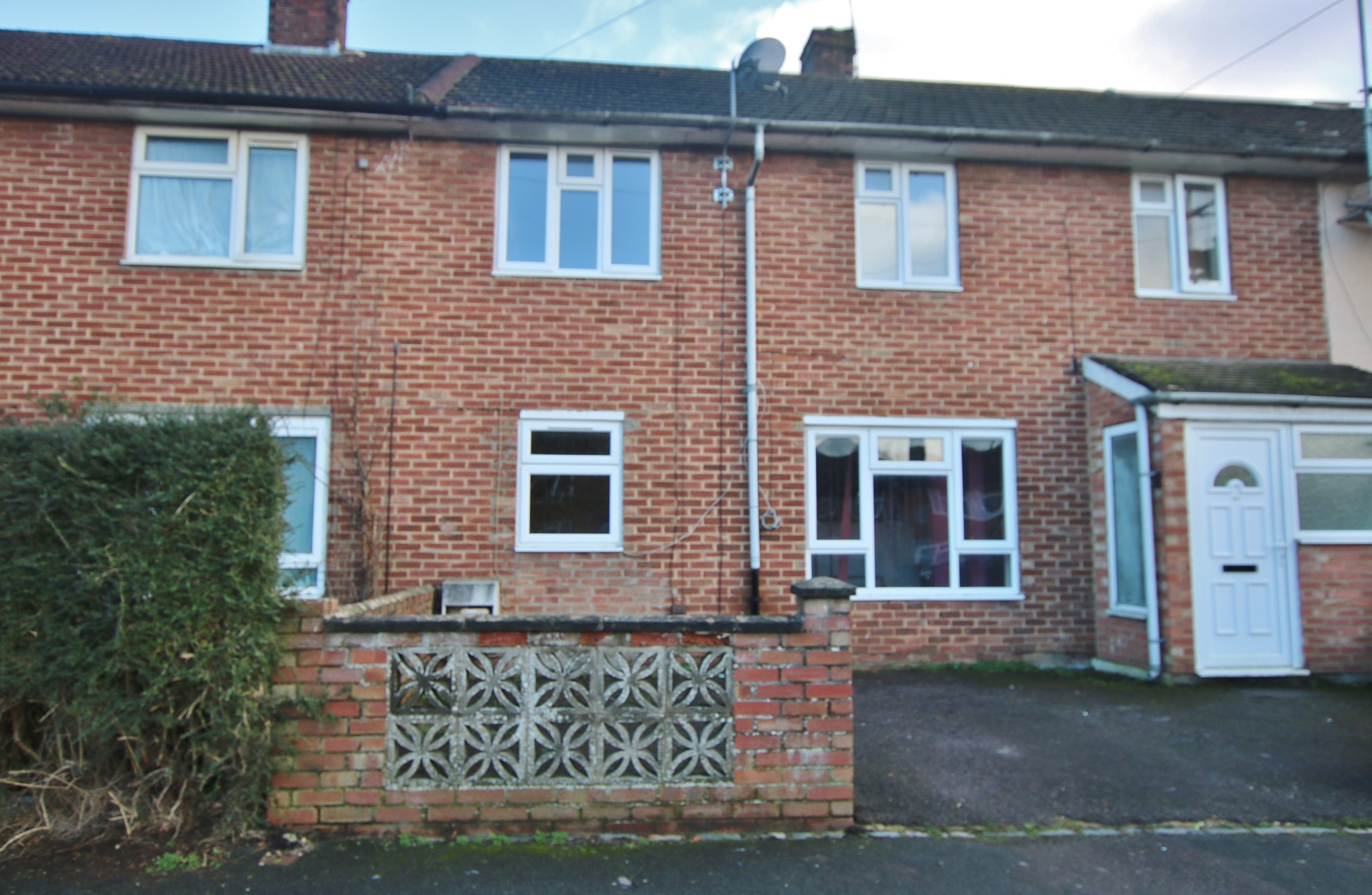 Four bedroom mid terrace house available with no chain