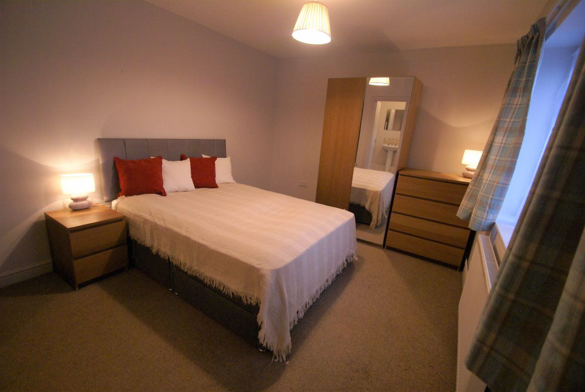 ** EN SUITE ROOM * BARLOWS LANE *
