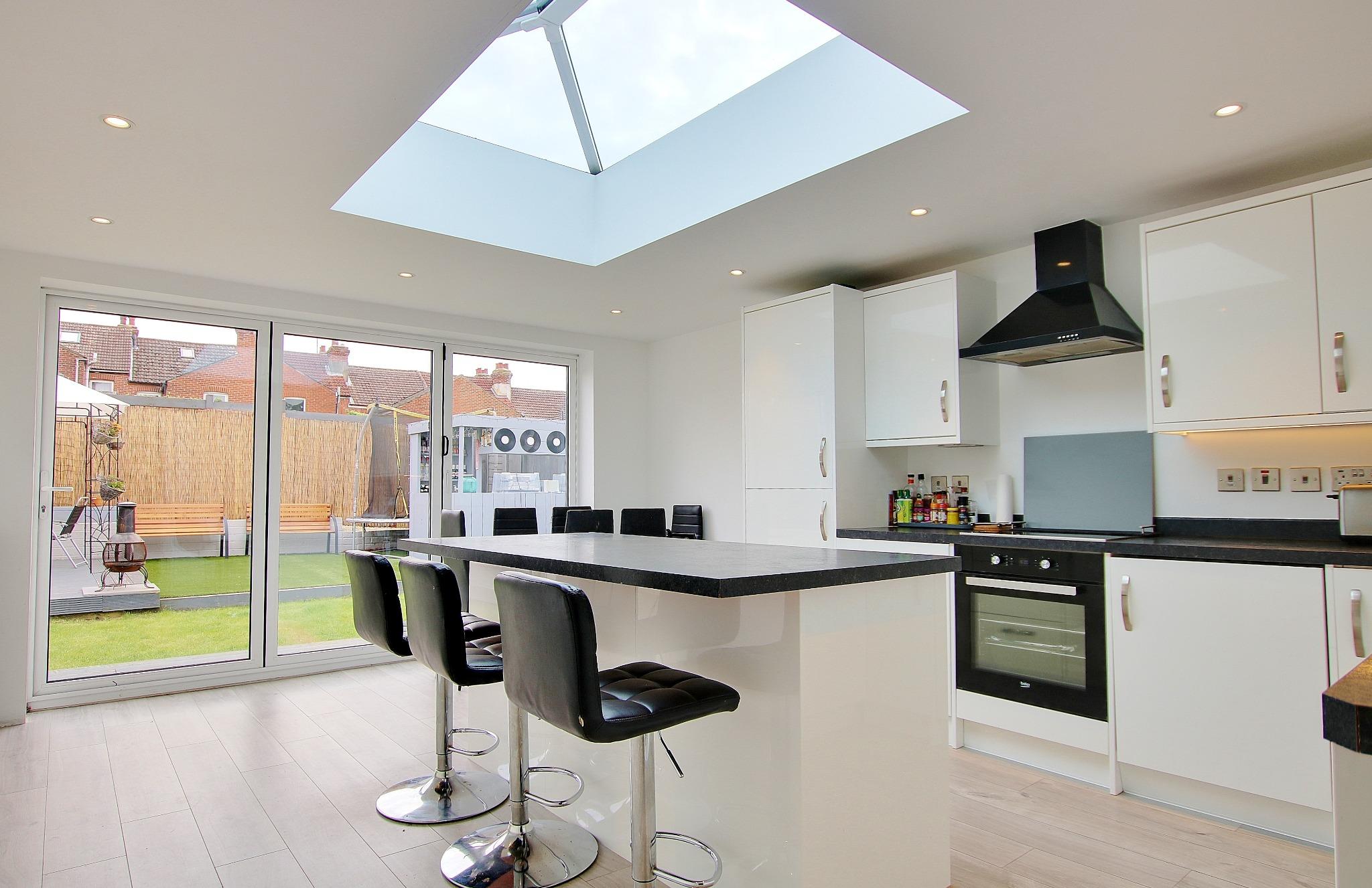 £280,000 - £300,000! IMPRESSIVE KITCHEN WITH GLASS LANTERN! A MUST SEE!